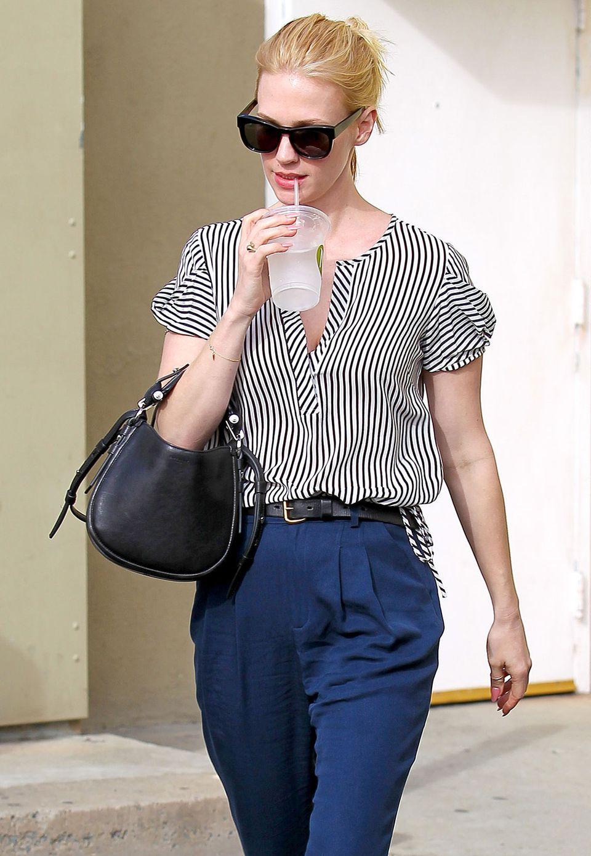 Mit hoch sitzender Stoffhose und Puffärmeln an der Bluse spielt January Jones gekonnt mit ihrer Silhouette.