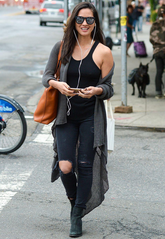 """Moderatorin und Schauspielerin Olivia Munn (""""Magic Mike"""") liebt es lässig im Alltag und stylt zu zerrissenen Jeans einen XXXL-Cardigan im coolen Löcher-Look."""