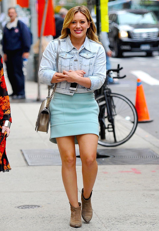 Gut gelaunt schlendert Hilary Duff im süßen Mädchen-Look durch die New Yorker Straßen. Zum Neopren-Kleid stylt die Schauspielerin eine Jeansjacke und lässige Ankle-Boots, ihre Chanel-Tasche gibt dem Outfit einen chicen Touch.