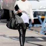 Model Chrissy Teigen beweist Stil-Gefühl bei ihrem Outfit im monochromen Rock-Schick. Zu einer Lederhose trägt sie elegante Accessoires.