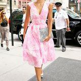 Dauergast: Mit ihren facettenreichen Looks verzaubert uns Jessica Alba Woche für Woche. Mit diesem wadenlangen, neonpinken Kleid hat es natürlich wieder in den Style-Zoom geschafft.