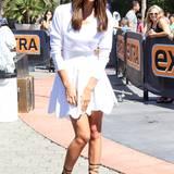 Beste Laune verbreitet Irina Shayk im weißen Kleid und Hingucker-High-Heels von Azzedine Alaïa.