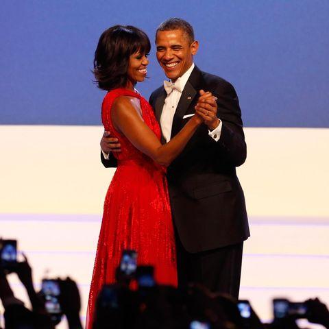 """Beim """"Inaugural Ball"""" tanzt das """"First Couple"""". Michelle Obamas leuchtendrotes Kleid stammt von Designer Jason Wu."""
