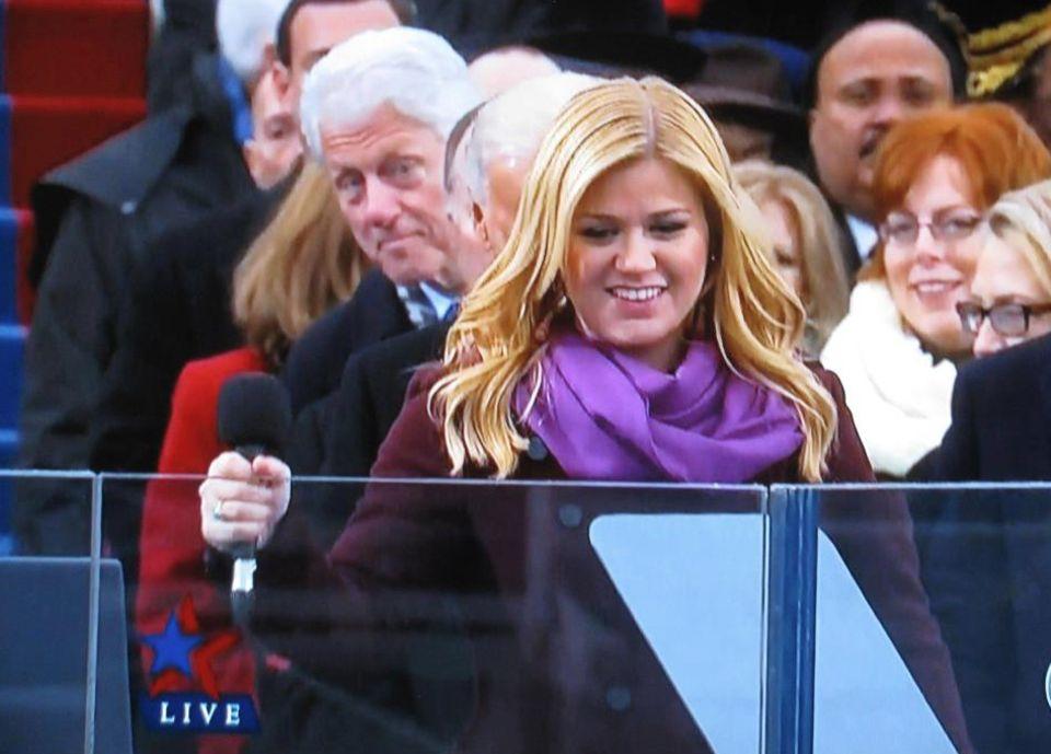 """Bill Clinton beobachtet Kelly Clarksons Autritt. Die 30-Jährige sang """"My Country 'Tis of Thee"""" und twitterte hinterher: """"Was für eine Ehre, Teil der Geschichte zu sein!"""""""