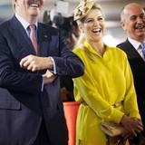 """Im Hauptquartier der """"Royal Dutch Shell"""" in Sera hat das Kronprinzenpaar einiges zu lachen. Máxima trägt eine kanariengelbe Capri-Hose mit passendem Tunika-Shirt."""