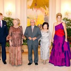 Zum Staatsbankett empfängt Singapurs Präsidentenpaar Prinz Willem-Alexander, Königin Beatrix und Prinzessin Máxima, die mit ihrer Abendgarderobe ein farbliches Highlights setzt.