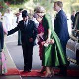 Sultan Hassanal Bolkiah empfängt seine Gäste bei ihrer Ankunft in seinem Sultanat.  Das grüne Seidensatin-Kleid von Kronprinzessin Máxima dürfte nicht ihr tatsächliches Reiseoutfit auf dem Weg nach Brunei gewesen sein.
