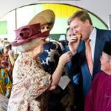 Kronprinz Willem-Alexander kostet einheimisches Essen.