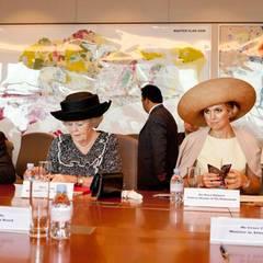 Gespräche am runden Tisch: Königin und Kronprinzessin nehmen an einem Treffen mit Unternehmensvertretern aus den Niederlanden und Singapur teil.