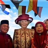 Königin Beatrix wird von Pengarah Haji Mokti bin Mohammed Salleh, dem Dorf-Obersten von Tamoi Tengah, willkommen geheißen.