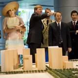 """Prinz Willem-Alexander und Prinzessin Máxima schauen sich in der """"Singapore City Gallery"""" ein Städtebau-Modell an."""