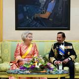 Vor dem Staatsbankett bleibt noch Zeit für ein entspanntes Gespräch unter Monarchen. Der Sultan scheint nicht nur begeisterter Auto-Fan zu sein, er hat sich auch als Pilot in Öl verewigen lassen.