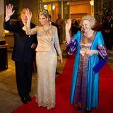 """Glänzender Auftritt: Königin Beatrix beim Konzert im """"Empire Theatre"""" in einer blau-gold-violetten Robe, die an südost-asiatische Mode erinnert. Passend zum Anlass trägt die Könign auch nicht wie sonst einen großen Hut sondern wie Schwiegertochter Máxima ein Diadem."""