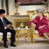 Sultan Hassanal Bolkiah von Brunei und Königin Beatrix kommen zu Beginn des Staatsbesuches zu einem ersten Gespräch im prunkvollen Palast Istana Nurul Iman zusammen.