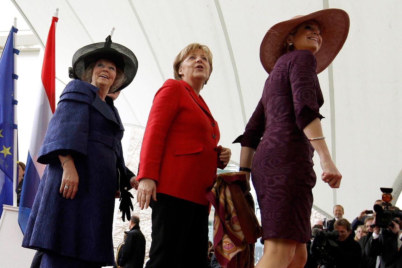 Im April 2011 besucht die Königin für vier Tage Deutschland. Zusammen mit Prinzessin Máxima wird sie von Angela Merkel vor dem Kanzleramt empfangen.