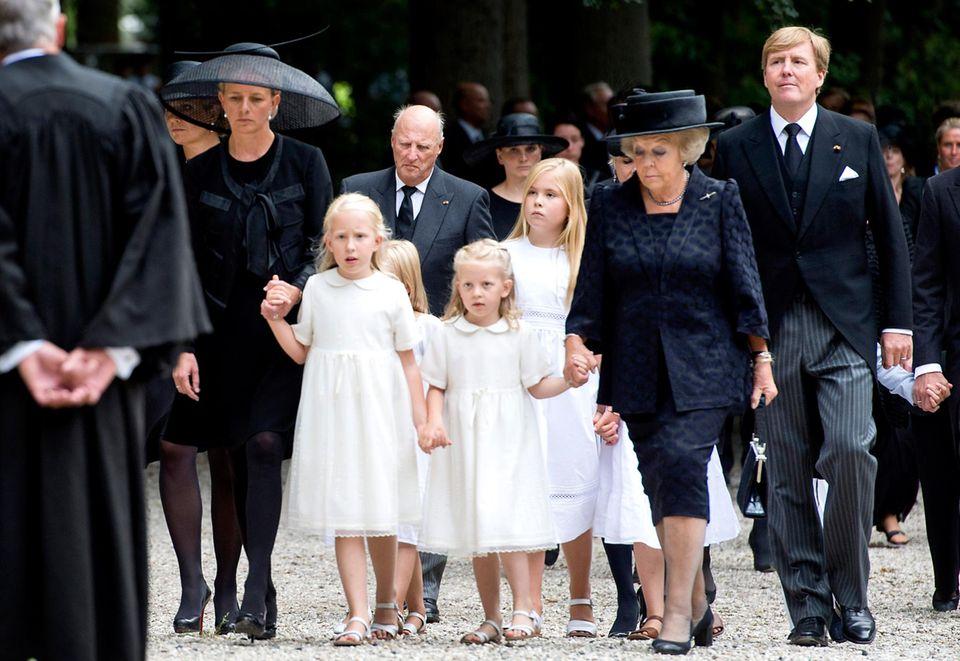 Prinzessin Beatrix steht der schwerste Gang bevor: Sie muss ihren viel zu früh verstorbenen Sohn, Prinz Friso, zu Grabe tragen. Geschlossen und sich an den Händen haltend betritt die niederländische Königsfamilie den Friedhof.