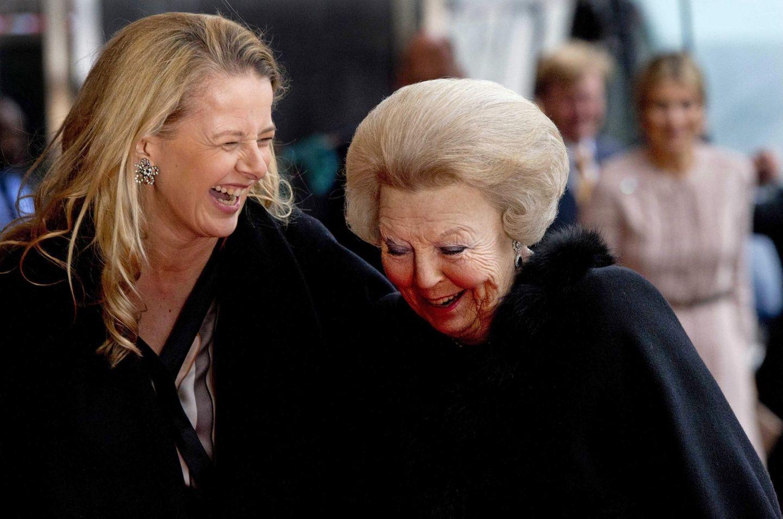 Königin Beatrix und ihre Schwiegertochter Mabel sind sichtbar gut gelaunt und lachen gemeinsam. Sie sind auf dem Weg zu Beatrix' Geburtstagsfeier in Utrecht, zu der sich am 1. Februar die ganze königliche Familie, Freunde und Angestellte versammeln.