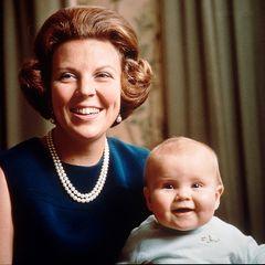 Prinz Willem-Alexander wird am 30. April 1967 als erster Sohn von Prinzessin Beatrix und ihrem Mann, Prinz Claus, geboren. Der erste männliche Thronfolger seit mehr als 100 Jahren. Mit knapp einem Jahr lächelt der künftige König der Niederländer mit seiner Mutter schon gekonnt in die Kamera.