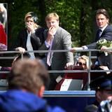 """Am """"Königinnentag"""" 2009 rast ein Attentäter mit dem Auto in die Menge, die sich um den offenen Bus der Royals schart. Bei seiner Amokfahrt tötet er sieben Menschen."""