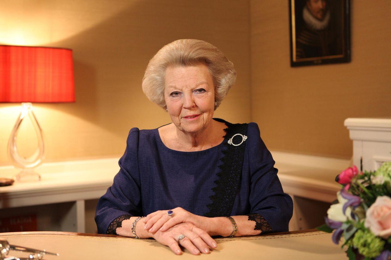 """Am 28. Januar 2013 gibt Königin Beatrix in einer Fernseh- und Radioansprache bekannt, dass sie am 30. April, dem """"Königinnentag, zugunsten ihres Sohnes Willem-Alexander abdanken wird."""