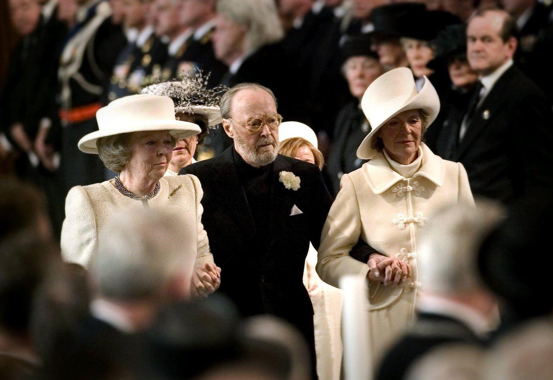 Schwerer Gang: Am 20. März 2004 stirbt die ehemalige Königin Juliana mit fast 95 Jahren. Bei ihrer Beisetzung in der Nieuwe Kerk in Delft stützen Königin Beatrix und ihre Schwester Irene ihren Vater Bernhard. Der Prinz stirbt wenige Monate später, am 4. Dezember 2004.