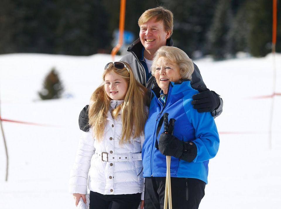 Drei Thronfolger auf einem Bild: Im Winterurlaub 2015 posieren Prinzessin Amalia, König Willem-Alexander und Prinzessin Beatrix bei dem offiziellen Fototermin für die Fotografen.