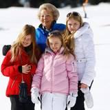 Inmitten ihrer Enkelkinder Prinzessin Alexia, Prinzessin Ariane und Prinzessin Amalia blüht Oma Beatrix richtig auf. Sie genießt die Zeit mit der Familie.