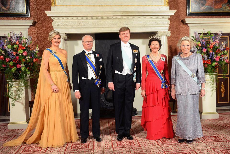 Mit ihrem Sohn König Willem-Alexander und Königin Máxima nimmt Prinzessin Beatrix hin und wieder offizielle Termine wahr - so wie im April 2014, als das schwedische Königspaar zu Gast ist.