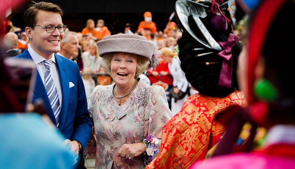 Am ersten Königstag, dem Geburtstag ihres Sohnes Willem-Alexander, dem 27. April 2014, zeigt sich Prinzessin Beatrix bester Laune mit ihrem jüngsten Sohn, Prinz Constantijn.