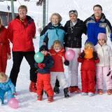 Beim Fototermin in Lech hat Königin Beatrix 2009 zwei von drei Söhnen und fünf Enkelkinder um sich versammelt. Rechts neben ihr Prinz Constantijn mit Ehefrau Laurentien und den drei Kindern Leonore, Eloise und Claus-Casimir. Links Prinzessin Máxima und Prinz Willem-Alexander mit den drei Töchtern Ariane, Catharina-Amalia und Ariane.