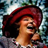 """Königin Beatrix hat beim """"Königinnentag"""" gut lachen. Charakteristisch für ihre könglichen Outfits sind immer die großen, teilweise sehr auffälligen Hüte."""