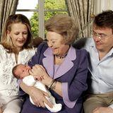 Bild aus glücklichen Tagen: Im April 2005 liegt die neugeborene Luana von Oranien-Nassau, die Erstgeborene von Prinz Friso und seiner Frau Mabel, im Arm ihrer königlichen Großmutter. Prinz Friso verunglückte im Februar 2012 in Lech bei einem Skiunfall. Seither liegt Beatrix' Sohn im Koma.