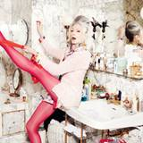 Ballettstunde im Bad  Evelyn: pink-weißer Bouclémantel, Blumenjacke und Shorts, alles von Marc Cain Sports. Ohrringe von Rianna in Berlin. Pumps von Jimmy Choo. Strumpfhose von Item m6.