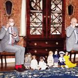"""Die Herren in Paisley bitten zur Puppenparade.   Otto Drögsler und Jörg Ehrlich sind im echten Leben das Designerduo Odeeh, in dieser Inszenierung das """"Künstler-Couple"""".  Otto & Jörg: Anzüge, Streifenhemden und bunte Krawatte von Herr von Eden. Fliege von Boss. Socken von Item m6. Loafer von Strellson (l.) und Marc O'Polo"""