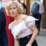 """11. Juli 2013: Gleich geht's zurück vor die Kamera: Amy Adams wird kurz nachgeschminkt - davon zeugen die Kosmetiktücker, die zum Schutz ihrer Bluse am Kragen angebracht wurden - und dann muss sie auch schon wieder die nächste Szene von """"An Object Of Beauty"""" drehen. Der Film entsteht gerade in Vancouver, Kanada."""