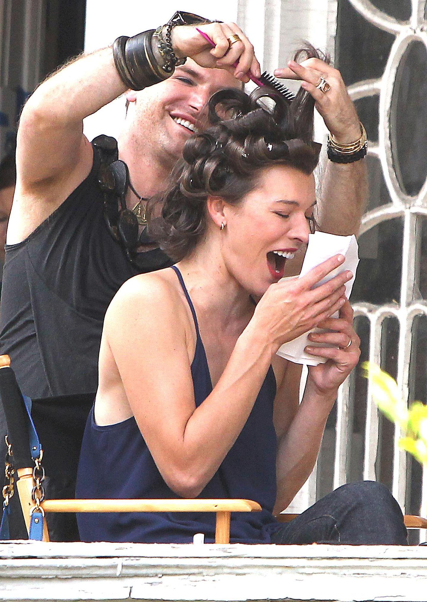 """26. August 2013: Milla Jovovich hat beim Styling für den Film """"Cymbeline"""", für den sie in New York vor der Kamera steht, viel Spaß."""