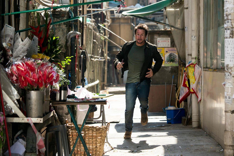 """24. Oktober 2013: Mark Wahlberg rennt in einer Szene für """"Transformers: Age of Extinction"""" durch die Straßen von Hong Kong."""