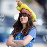 """7. Oktober 2013: Für die aktuelle """"New Girl""""-Folge muss Zooey Deschanel eine ungewöhnliche Kopfbedeckung tragen."""