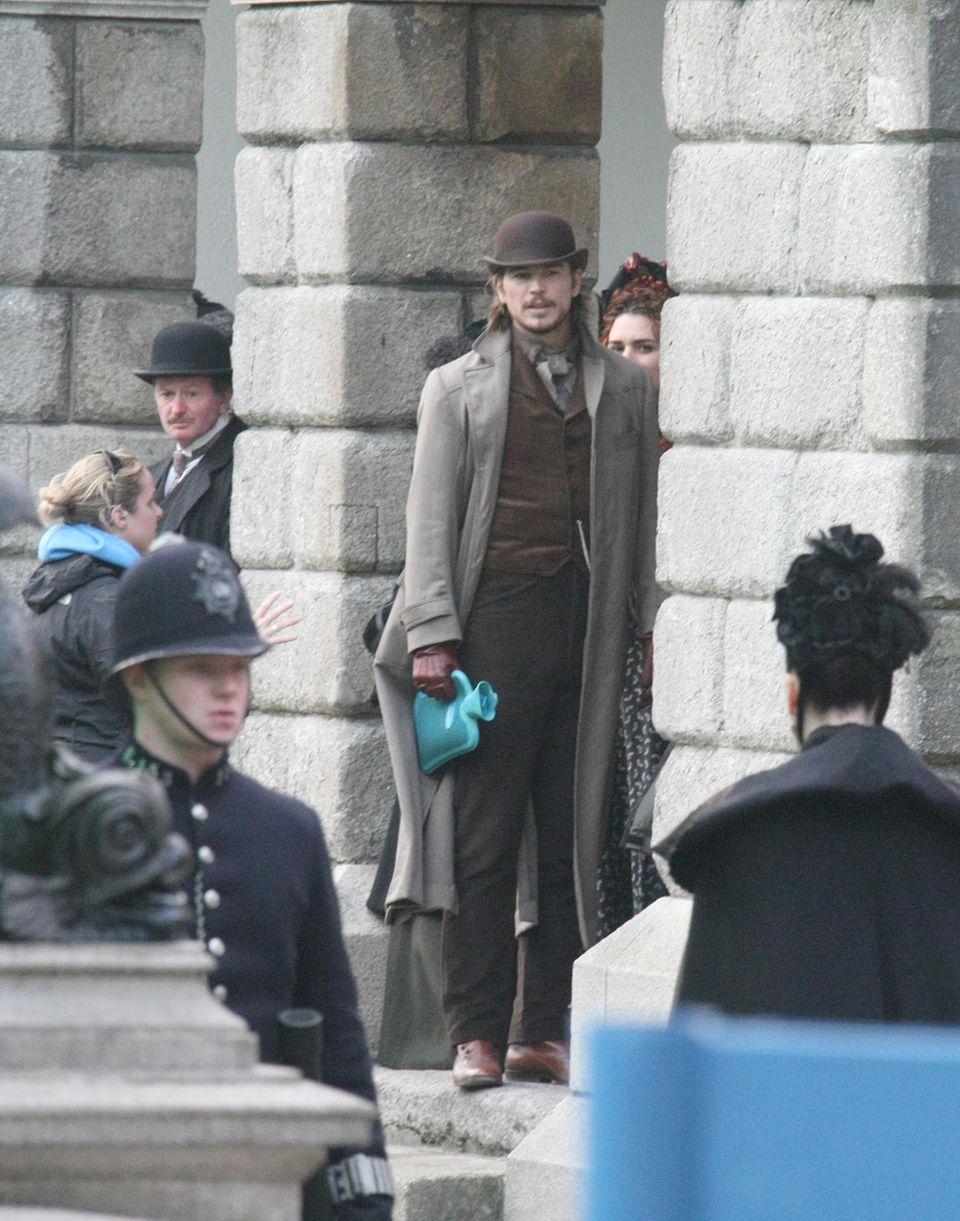 """30. Oktober 2013: Josh Hartnett dreht in Dublin den Film """"Penny Dreadful"""". Zwischen den Szenen wärmt er sich an einer Wärmflasche."""