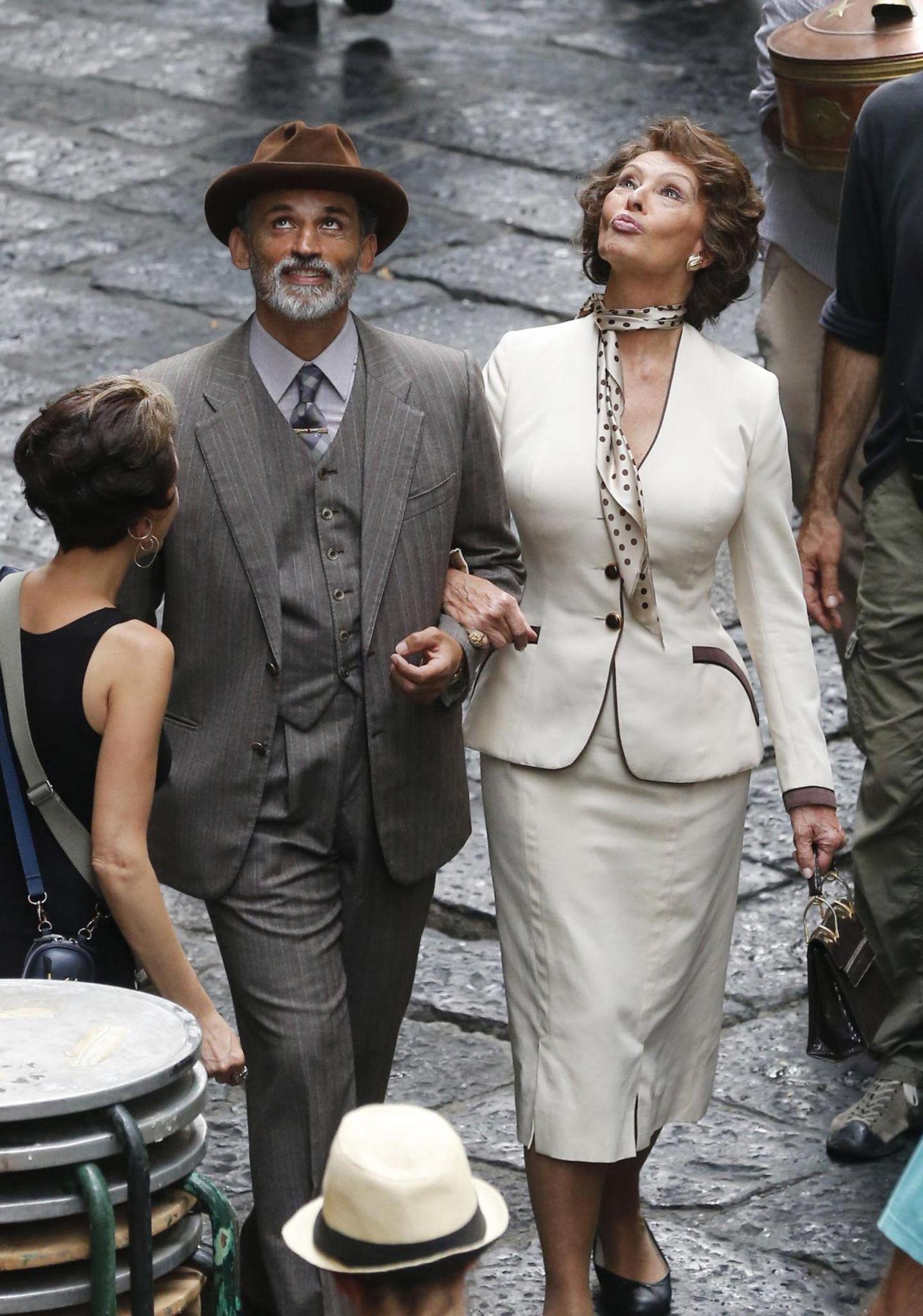 """8. Juli 2013: Enrico Loverso und Sophia Loren drehen eine Szene für den Film """"La Voce Umana"""" in Neapel."""
