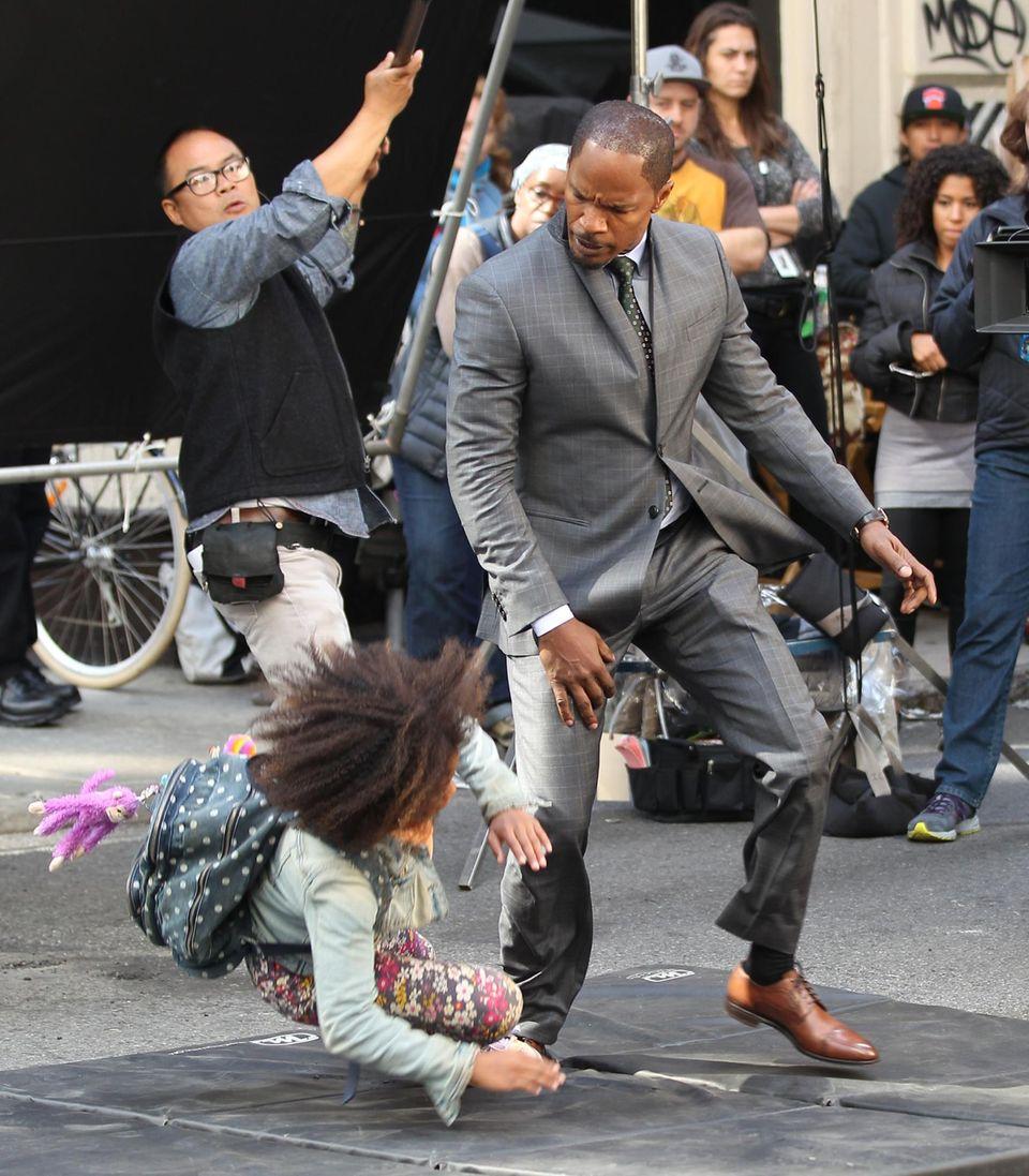 """26. September 2013: Jamie Foxx und Quvenzhane Wallis drehen gemeinsam den Film """"Annie"""" in New York."""
