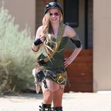 25. Juli 2013: Avril Lavigne zeigt sich im Schocker-Outfit. Allerdings muss man der Sängerin zugutehalten, dass sie für einen Musikvideo-Dreh so angezogen ist.