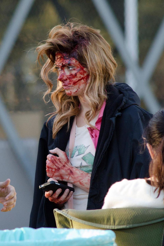 """25. November 2013: Ashley Greene sieht am Set von """"Burying the Ex"""" in Los Angeles ziemlich lädiert aus."""