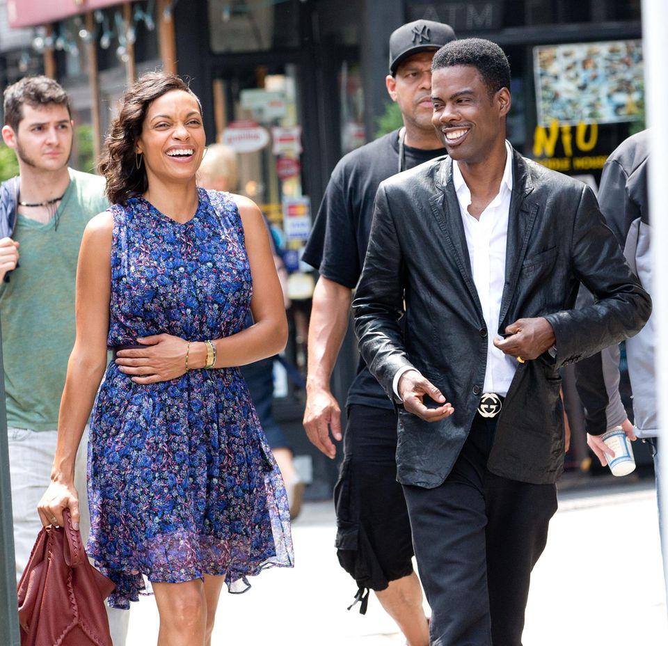 """22. Juli 2013: Chris Rock bringt am Set von """"Finally Famous"""" in New York seine Kollegin Rosario Dawson zum Lachen."""