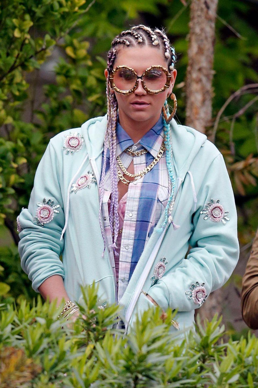 9. Mai 2013: Man würde es Kesha zwar auch zutrauen, sich so im Alltag auf der Straße zu zeigen, aber in diesem Fall dreht sie in Los Angeles ein Musikvideo.