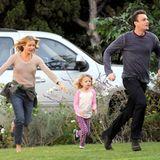"""6. November 2013: Cameron Diaz und Jason Segal rennen für den Film """"Sex Tape"""" mit Kindern durch den Vorgarten."""
