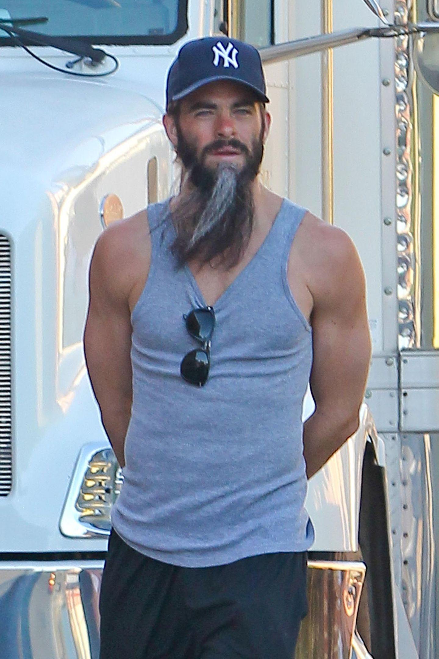 """15. Juli 2013: Für die Dreharbeiten zu seinen neuen Film """"Stretch"""" trägt Chris Pine einen ziemlich langen Bart."""