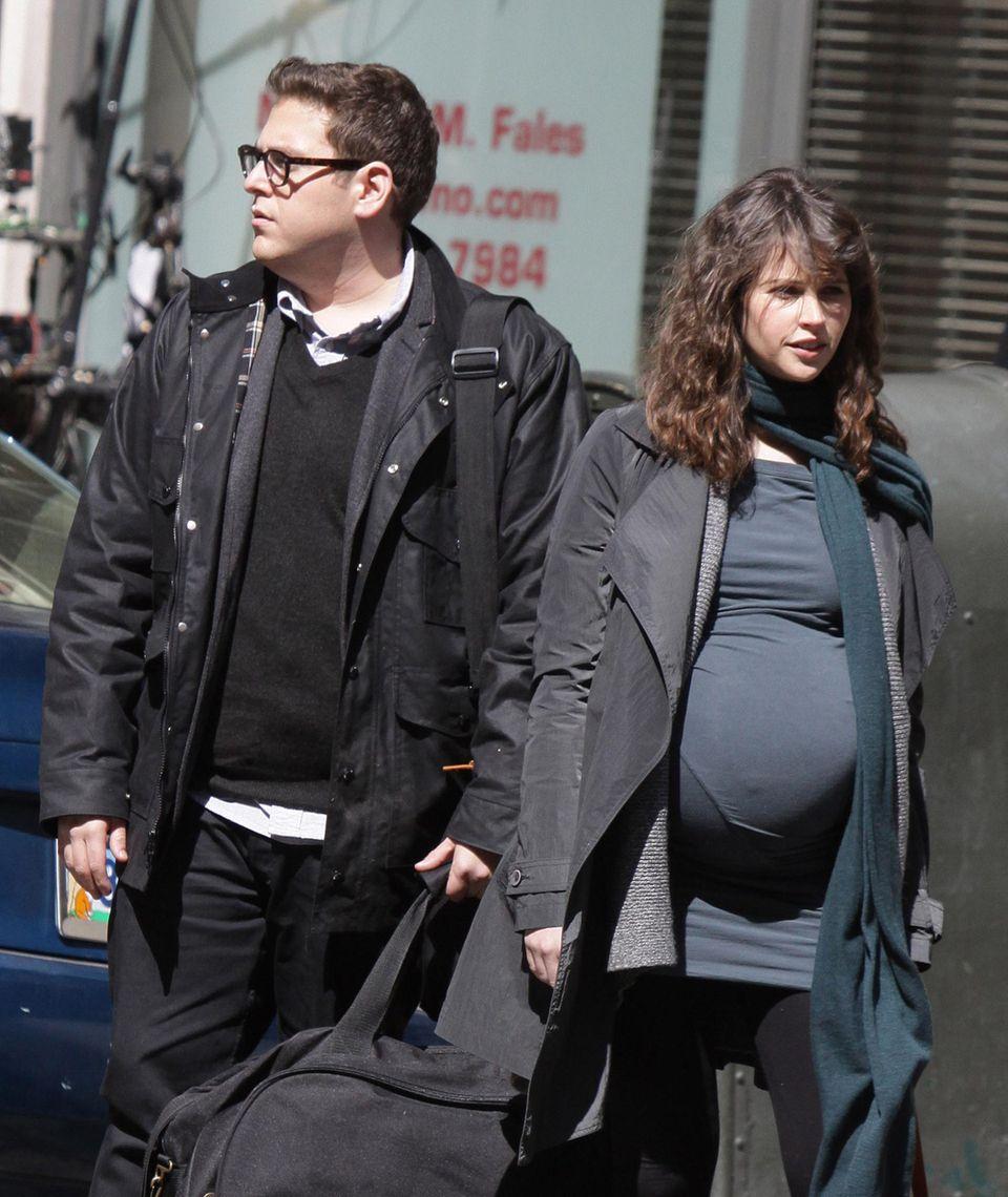 """20. März 2013: Bei den Dreharbeiten des Films """"True Story"""" warten Jonah Hill und die filmschwangere Felicity Jones in Manhattan auf ein Taxi. Denn das steht so im Drehbuch."""