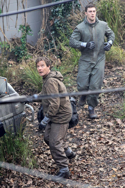 """16. Juni 2013: Bryan Cranston guckt bei diesen Dreharbeiten als hätte er """"Godzilla"""" persönlich gesehen. Wie passend, denn in Kanada steht er mit Aaron Taylor-Johnson genau für diesen Film vor der Kamera."""