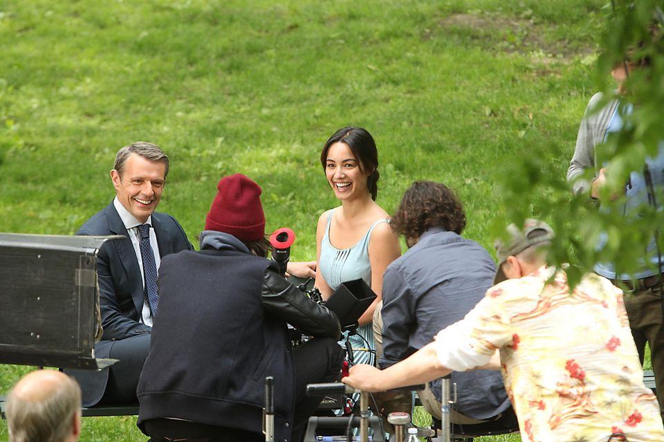 """28. Mai 2013: Anton Yelchin und Bérénice Marlohe filmen im New Yorker Central Park """"5 to 7""""."""